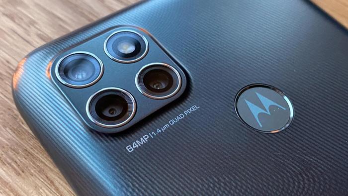 Billede af bagsiden af Moto G9 Power med fokus på kameraet