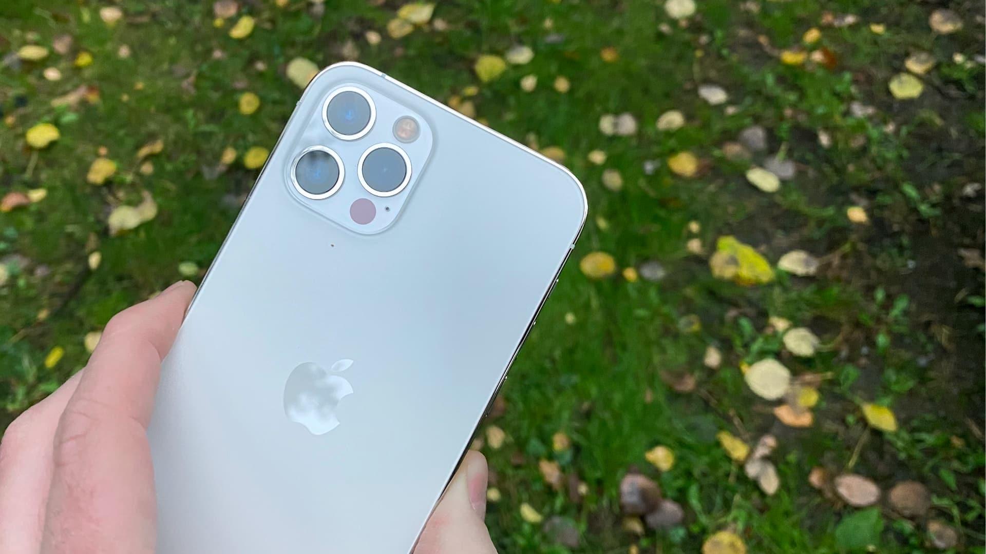 Bagsiden af iPhone 12 Pro med sine tre kameralinser